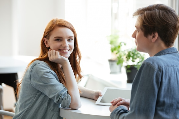 Молодая девушка весело со своим парнем