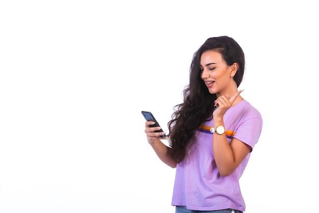 Ragazza che ha una videochiamata con uno smartphone nero