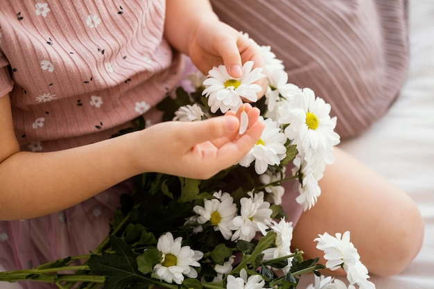 春の花の花束を保持している少女
