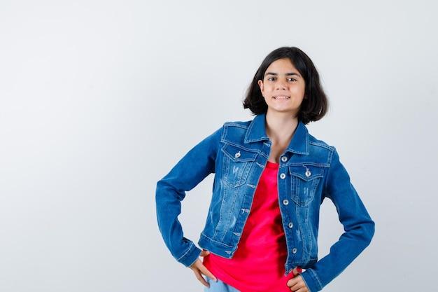 赤いtシャツとジージャンで腰に手をつないで幸せそうに見える少女、正面図。