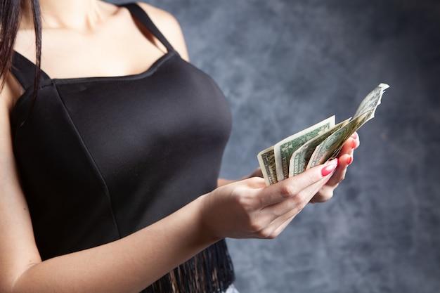 그녀의 손에 돈을 들고 어린 소녀