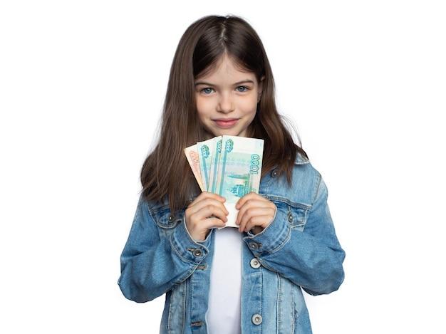 Молодая девушка держит российские рубли