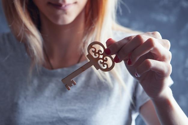 나무 열쇠를 들고 어린 소녀