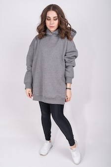 灰色のスウェットシャツの少女。