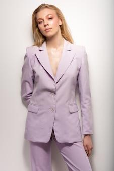 ライラックのビジネススーツの少女