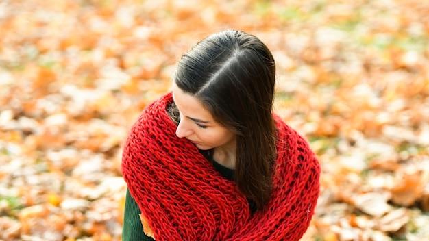 赤いスカーフの少女。高品質の写真