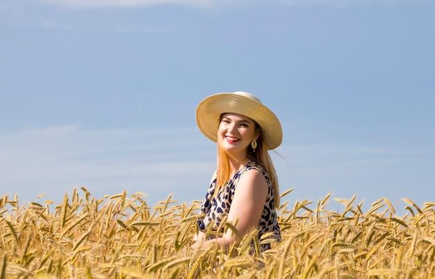 화창한 여름 날, 황금 호밀과 푸른 하늘에 밀밭에서 어린 소녀
