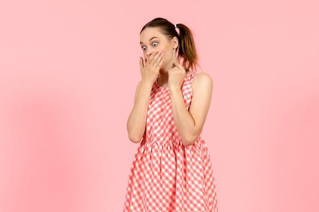 ピンクのショックを受けた表情でかわいい明るいドレスの少女