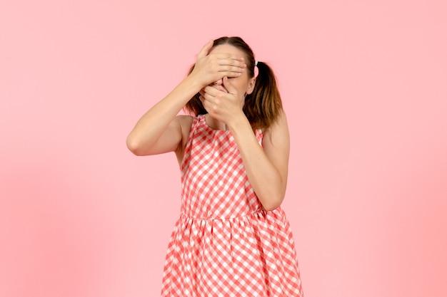 핑크에 그녀의 얼굴을 덮고 귀여운 핑크 드레스에 어린 소녀