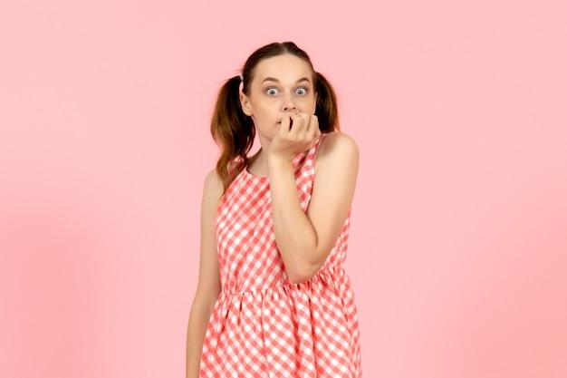 ピンクの神経質な表情でかわいいピンクのドレスの少女