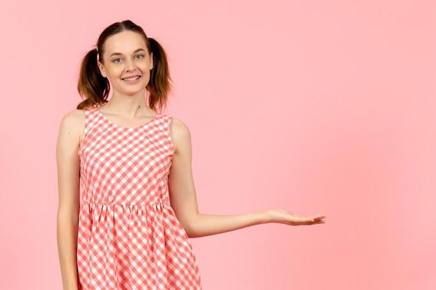 ピンクの笑顔でかわいいピンクのドレスの少女