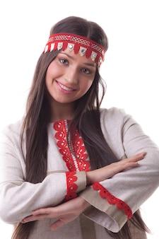 Молодая девушка в танцевальной позе - льняной традиционный русский костюм
