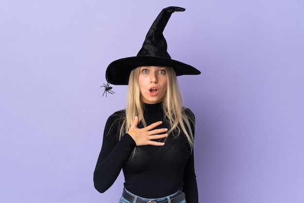 Молодая девушка в костюме хэллоуина над фиолетовой стеной