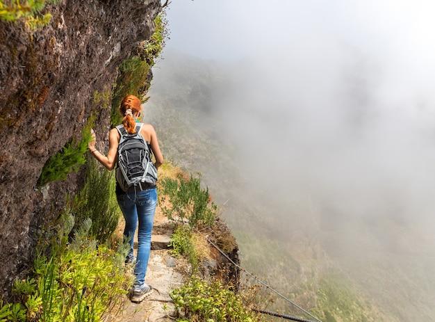 Молодая девушка в горах