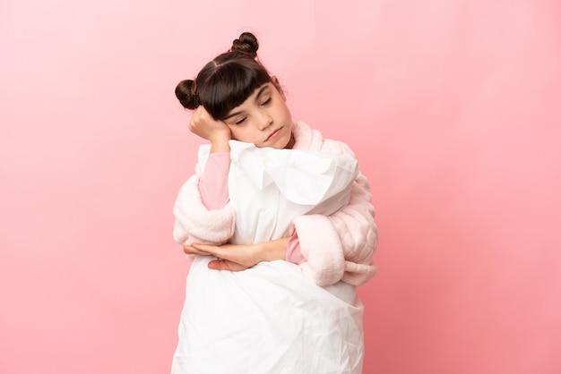 孤立した背景の上のパジャマの少女 Premium写真