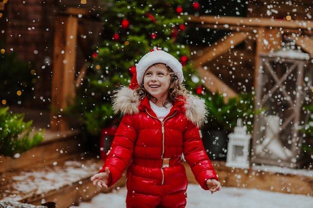 赤い冬のオーバーオールの少女