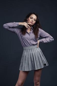 Молодая девушка в стильной рубашке и розовой рубашке