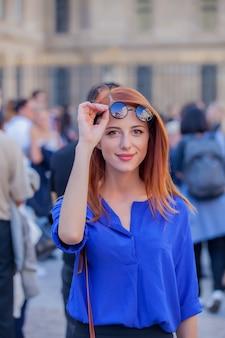 パリの通り、フランスでサングラスの少女