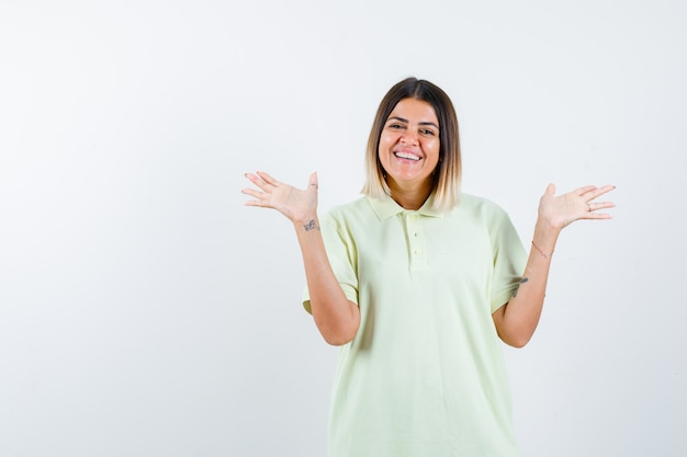喜びと手を広げて陽気に見えるtシャツの少女、正面図。
