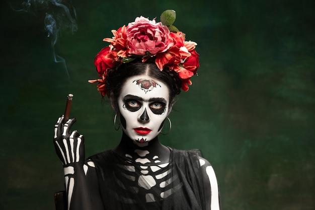 Santa muerte, saint death 또는 sugar 해골의 이미지에 어린 소녀