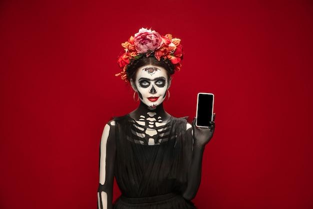 산타 무에르테 성자의 죽음이나 설탕 두개골의 이미지에서 어린 소녀