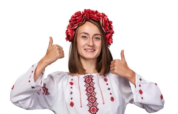 Молодая девушка в украинском национальном костюме