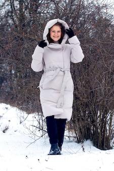 겨울 숲에서 어린 소녀입니다. 겨울 숲에서 행복 한 젊은 여자의 초상화