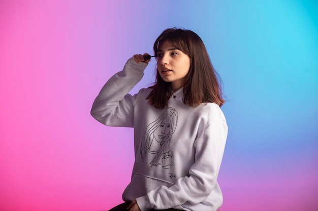 白いスウェットシャツの少女。