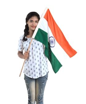 若い女の子のインドの独立記念日またはインドの旗またはトリコロールのインド共和国記念日