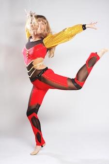 체조 댄스에 어린 소녀 점프