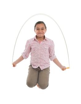 Молодая девушка прыгает со скакалкой