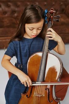첼로 연주 방법을 배우는 어린 소녀