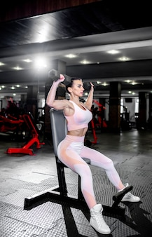 체육관에서 운동하는 어린 소녀