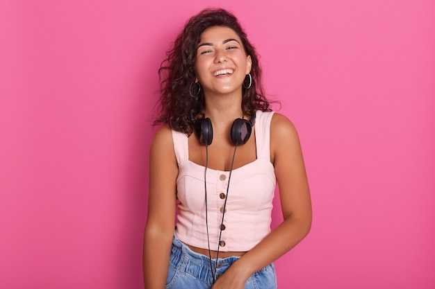 Молодая девушка слушает и наслаждается любимой музыкой