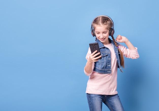 헤드폰으로 음악을 듣고 어린 소녀