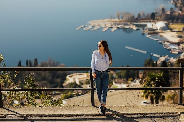 Молодая девушка, глядя на панорамный пейзаж в монте-бре, лугано, швейцария.