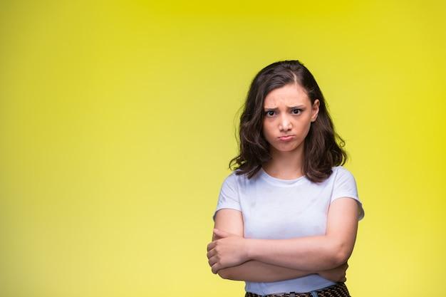 Молодая девушка делает разочарованное лицо.