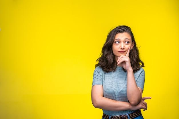 若い女の子は思いやりのある顔と目を作ります。