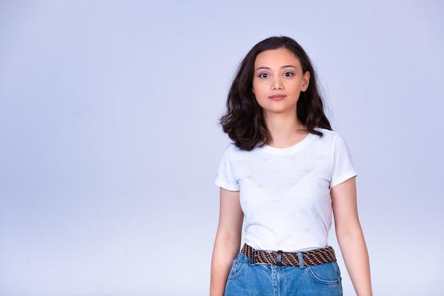 フォトセッションを作る若い女の子。