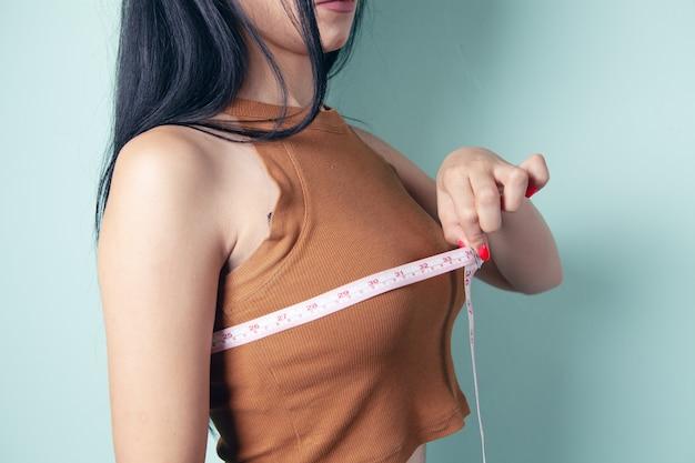 어린 소녀는 그녀의 가슴을 측정
