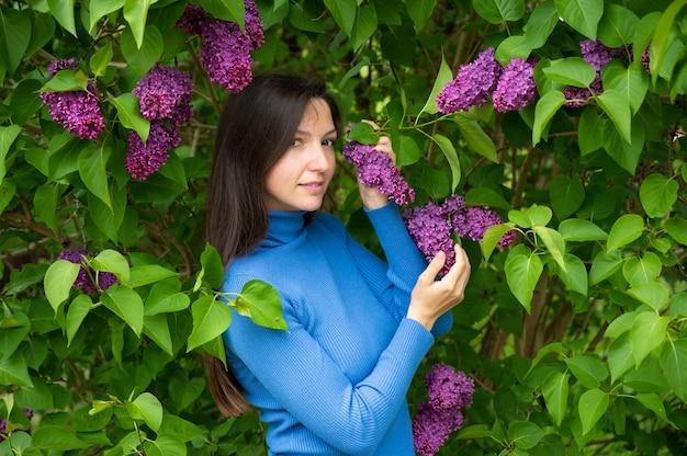 ライラックの花の近くの少女