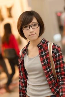台湾、台北のショッピングモールでアジアの少女。