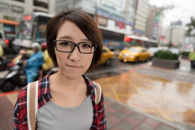 台湾の台北の路上に立つアジア人の少女。