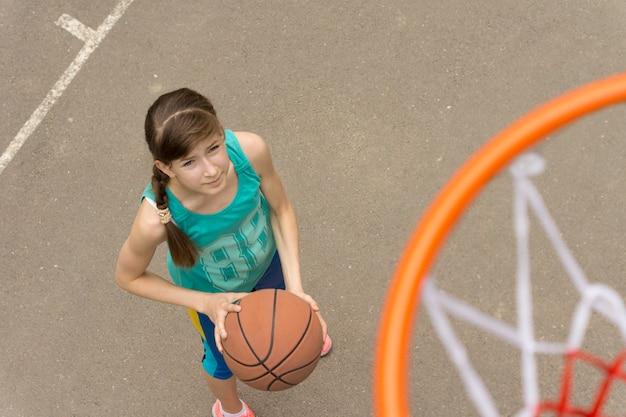 上から見たバスケットボールコートの少女