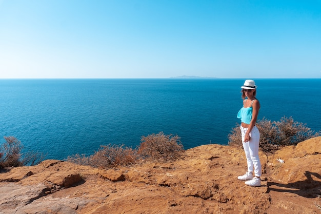 海の上の高い崖の上の少女