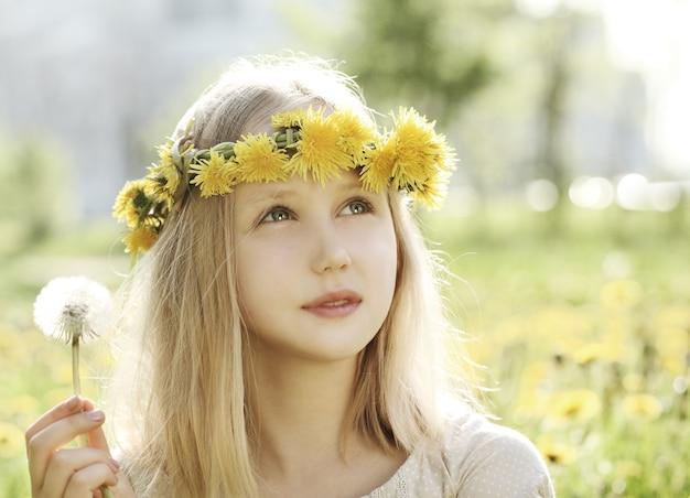 Молодая девушка на фоне на открытом воздухе