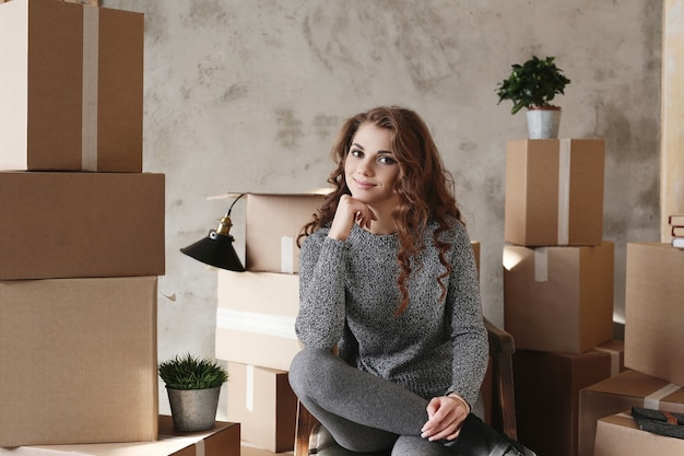 새 아파트로 이동 물건을 포장하는 어린 소녀