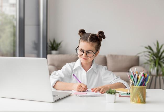 Молодая девушка обращает внимание на своего учителя