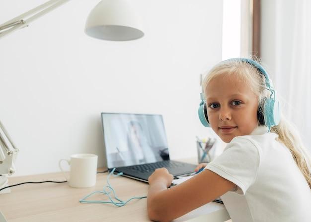 온라인 수업에 관심을 기울이고있는 어린 소녀