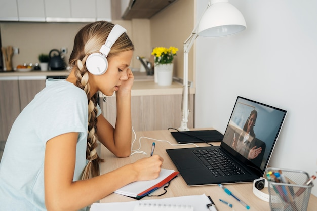Молодая девушка обращает внимание на онлайн-класс